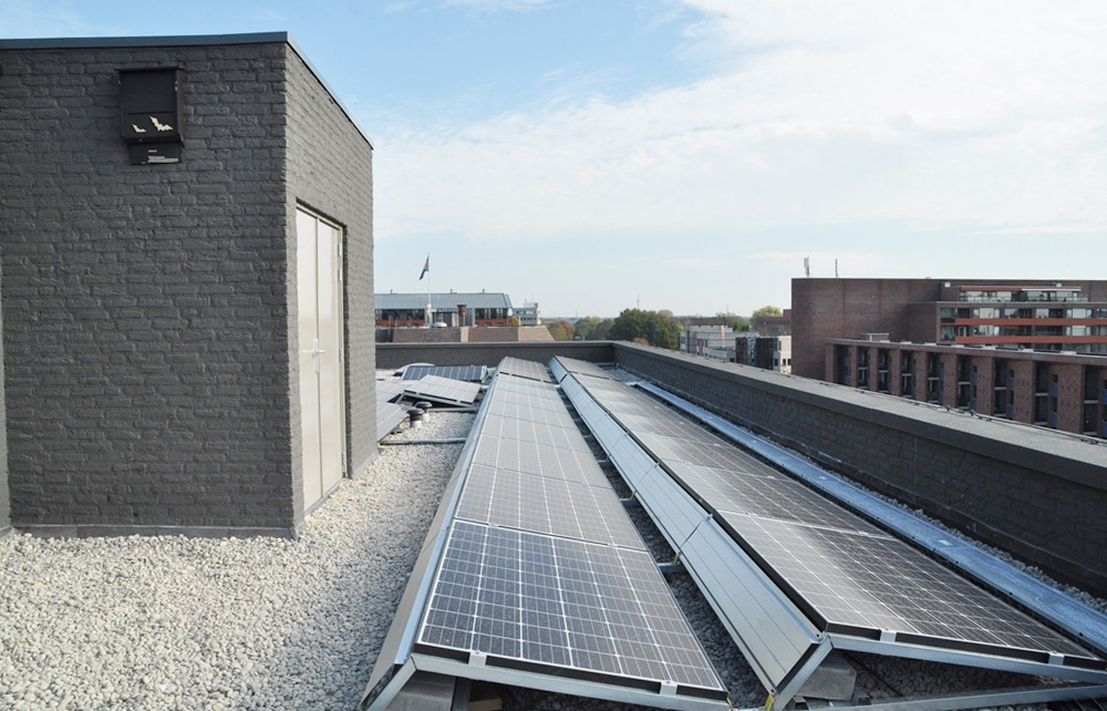 Zonnepanelen op het dak Kasteel Traverse
